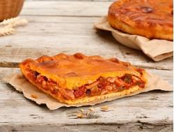 Empanada de pan con bacon, chorizo, tomate y cebolla